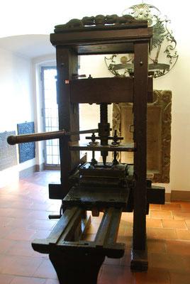 Eine alte Münzprägemaschine im Stadt-Museum Andreasstift
