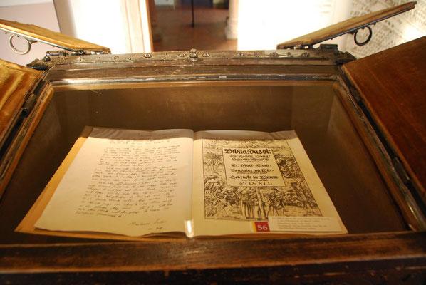 die erste vollständige Bibelübersetzung von Martin Luther 1534 zu finden im Museum Andreasstift