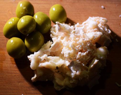 Käse und Oliven  für die gefüllten Zuccini