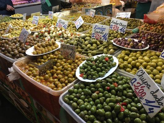 Oliven in der Markthalle Malaga