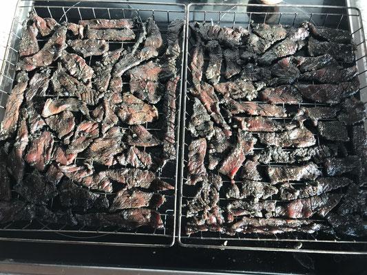 Trockenfleisch aufs Grillfest verteilen
