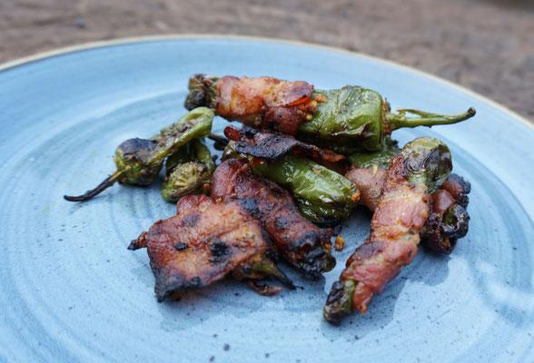 Pimientos de padron mit Bacon ummantelt