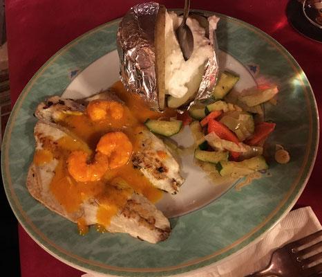 Wolfsbarsch mit Folienkartoffel und Gemüse