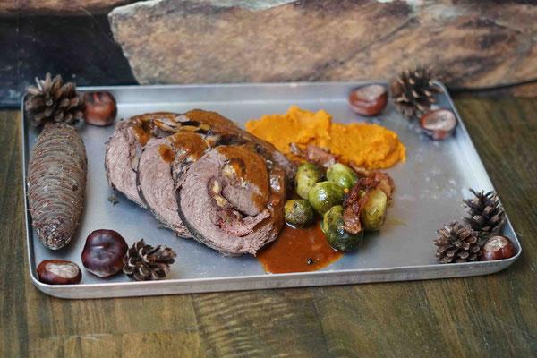 Gefüllter Rinderbraten mit Kürbis-Süßkartoffel-Püree und Rosenkohl mit Schinkenspeck
