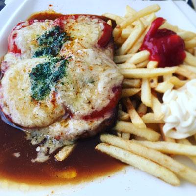 Schnitzel mit Bergkäse und Tomate überbacken