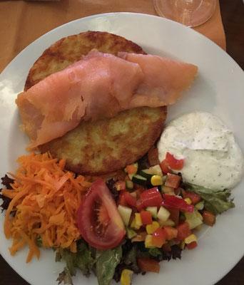 Kartoffelpuffer mit Lachs, Dip und Salat