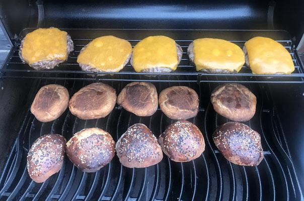 Burger und Buns auf dem Grill