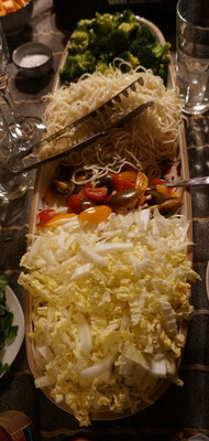 Chinakohl, Tomaten, Nudeln und Brokkoli beim Wok