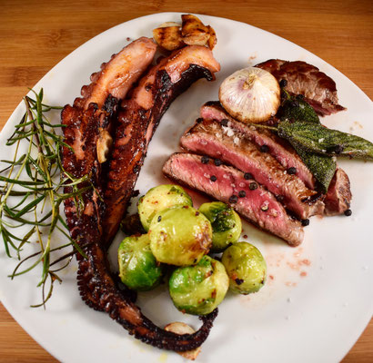 Octopus mit Ribeye Steaks angerichtet