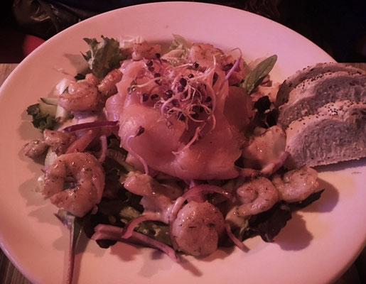 Salat mit ein paar Krabben.