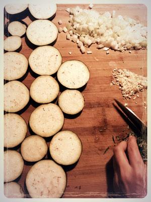 Auberginen in 8 mm dicke Scheiben schneiden und salzen.