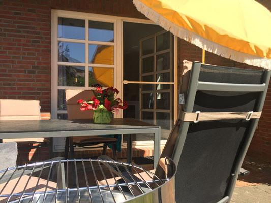 voll ausgestattete Gartenmöbel mit Sonnenschirm, Auflagen, Grill und Sommerdecken