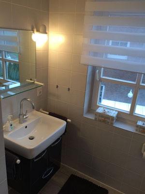 Moderner Waschtisch im Hauptbadezimmer