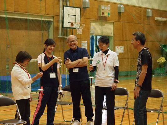 体験会には障がい者スポーツ指導員の方々も参加。剣を使った指の運動です