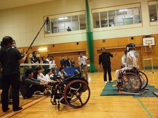 若い見学者は文京学院大学の学生さんたち。