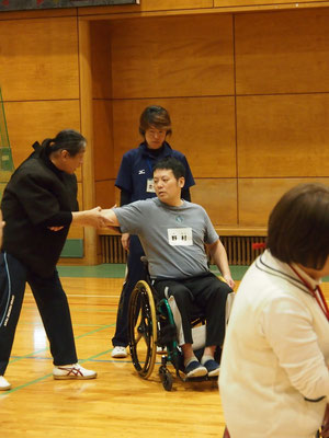 体験者とはまず握手からスタートする監督。握力を確かめ、障害の程度を把握するのが大事