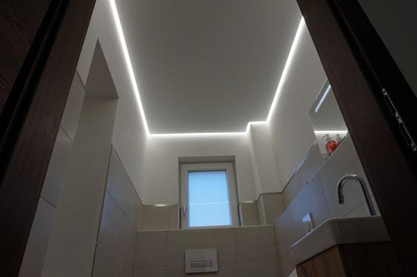 Foto: MERLIN  Spanndecke Glanzdecke mit LED Band Badezimmer