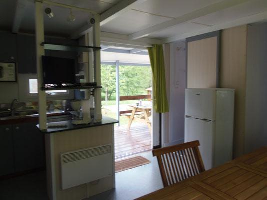 Camping les Trois Sources Vallées Lot Dordogne - Chalet 3 chambres - Séjour et kitchenette