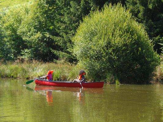 Canoë sur l'étang du Camping les trois sources 4 étoiles Lot Vallée de la Dordogne