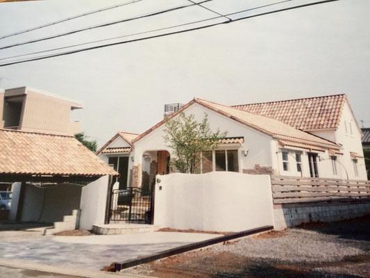 プロバンス風住宅 1 フランス瓦に漆喰壁