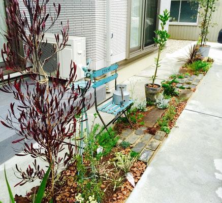 駐車スペース脇の管理の楽な植栽