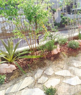 シーティングアーバーのある庭 植栽は管理しやすいもので