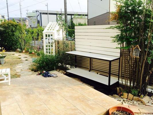 シーティングアーバーのある庭 作業デスク