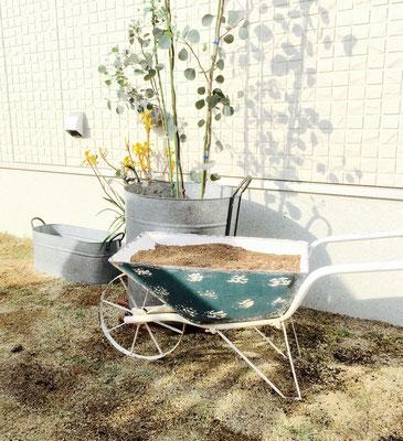 シーティングアーバーのある庭 ガーデンカートの花壇