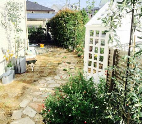 シーティングアーバーのある庭