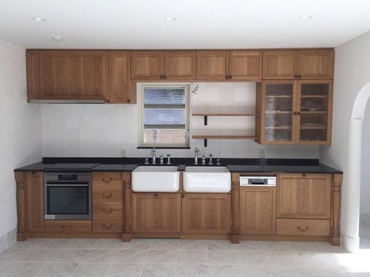 プロバンス住宅 オーダーメイドのキッチンキャビネット