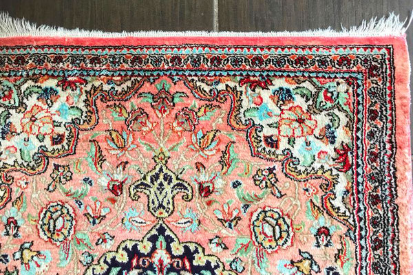 Teppich mit beschädigten Fransen vor der Teppichreparatur