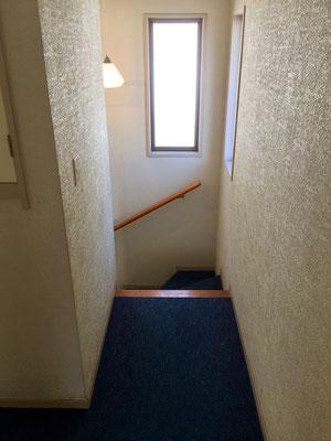 階段を上がって二階へ。藍色のカーペットは続きます。