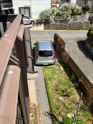 寝室のバルコニーから見た駐車場と花壇。2台目の駐車場が欲しい、というお客様には、花壇の一部を駐車場に変える工事をさせていただきます。