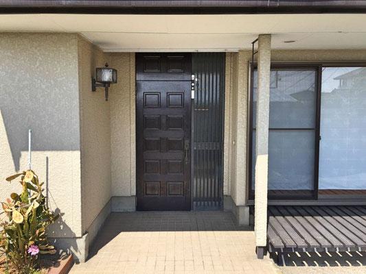 「行ってらっしゃい」「お帰りなさい」。ちょっとレトロな昭和のムードを感じさせる木の玄関ドアがご家族の一日を見守る様です。
