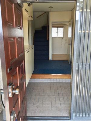 広い玄関から続くホールと階段には藍色のカーペットが敷かれ、畳の和室やフローリングの洋室とのコントラストを奏でます。