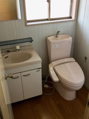 2階トイレ。こちらも嬉しい暖房便座&ウォッシュレット。しっかりした洗面台も。