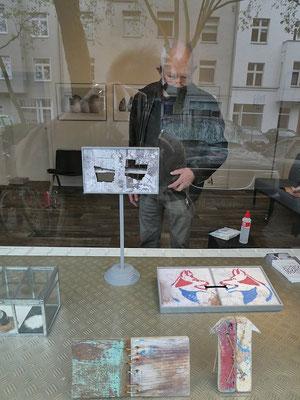 Klaus Küster schaut auf eines seiner Werke_BEIDE SEITEN_Kunst von KLAUS KÜSTER & DIETMAR WEHR_Paralleler Prozess im 68elf-studio