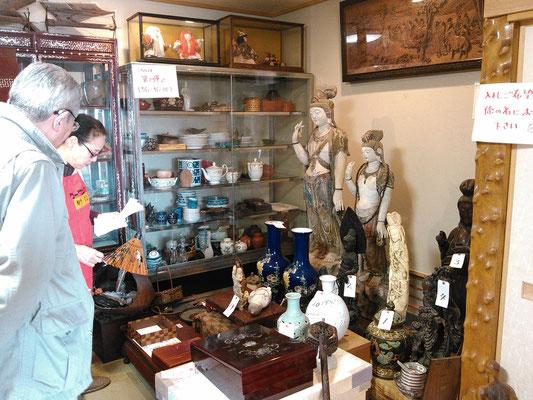 激動の中国から逃れてやってきた仏像があります
