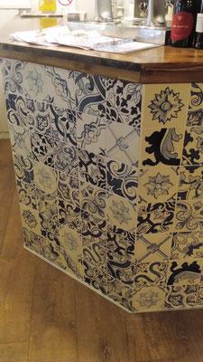 Restaurante O Tuga - Detalle barra  azulejos portugueses pintados a mano