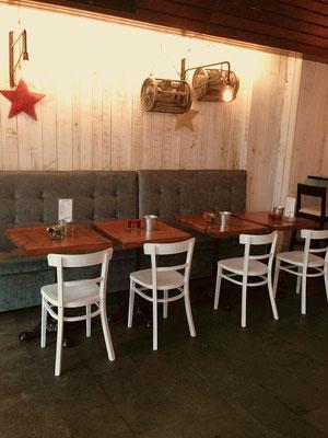 Después: bancada con mesas bajas
