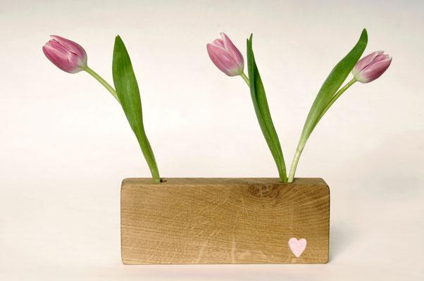 Blockvase aus Eichenholz inklusive 2 Glasröhren ca. Ø 1cm und Herz Verzierung in Handarbeit