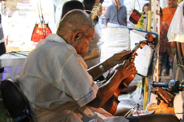 Die Geige wird repariert.