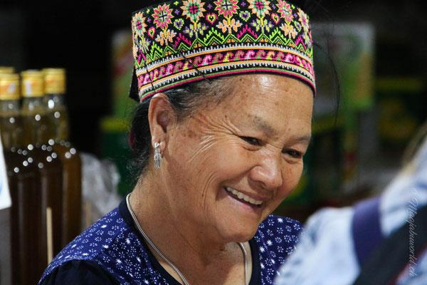 Eine der letzten Hmong Frauen, die am Markt noch offen hatte! / One of the last Hmong women with a open market-place.