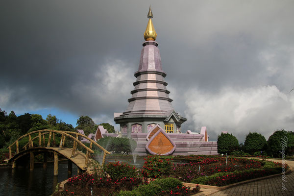 King and Queens Pagoda. Der Garten bei der Kings Pagoda King NINE's Tot nicht mehr da! / Kings and Queens Pagoda. The garden of the Kings pagoda is since King NINE's death no there anymore!