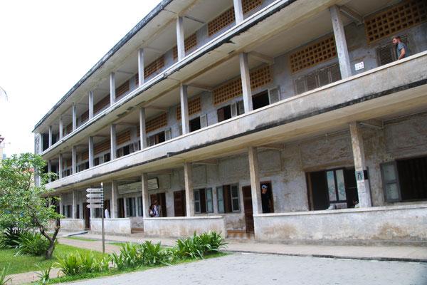 Tuol-Sleng-Genozid-Museum... eine Ehemalige Schule, die zum Horror-Ort der roten Kmehr wird! / Tuol-Sleng-Genozid-Museum... a ex-school became a place of horror of the Red Kmehr!