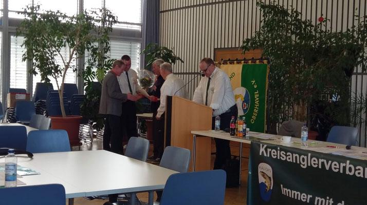 Detlef Korbaniak erhält die Ehrennadel