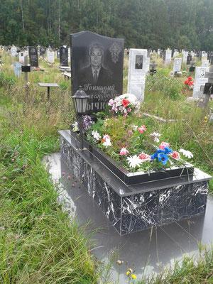 Мемориальный комплекс из черного гранита, с двухуровневым цветником, портретом, гравировкой и установкой. Цена 2015 года: 62 тыс руб