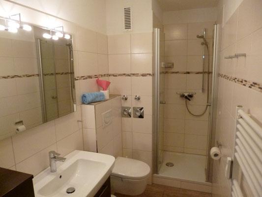 Bad mit großem Spiegel 80 x 70 cm