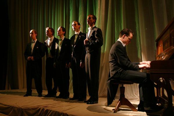 """aus: """"Wenn der Wind weht - Comedian Harmonists II"""", 2003 (mit Thomas Lichtenecker, Raimund Stangl, Sam Madwar, Oliver Schirmer, Markus Schöttl) - Foto (c) Günter Jagoutz"""
