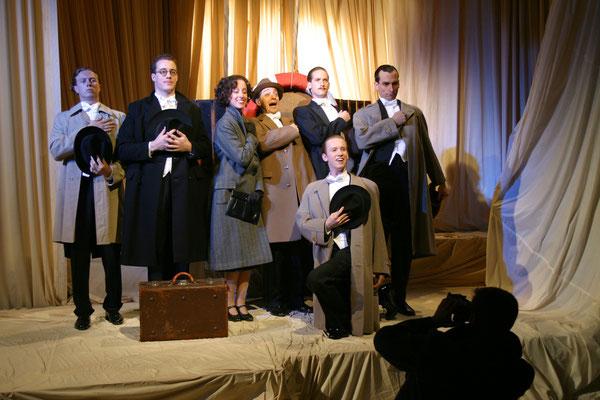"""aus: """"Wenn der Wind weht - Comedian Harmonists II"""", 2003 (mit Raimund Stangl, Johanna Arrouas, Sam Madwar, Markus Schöttl, Thomas Lichtenecker, Oliver Schirmer) - Foto (c) Günter Jagoutz"""